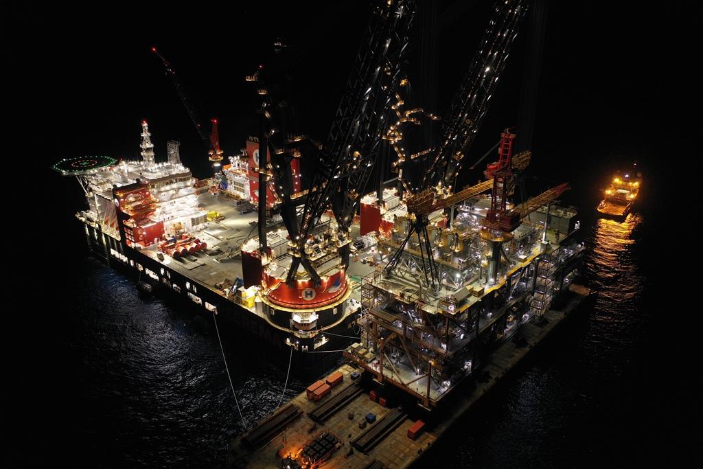 2019-09-08 - Sleipnir installing 15300T Leviathan Topsides - world record lift